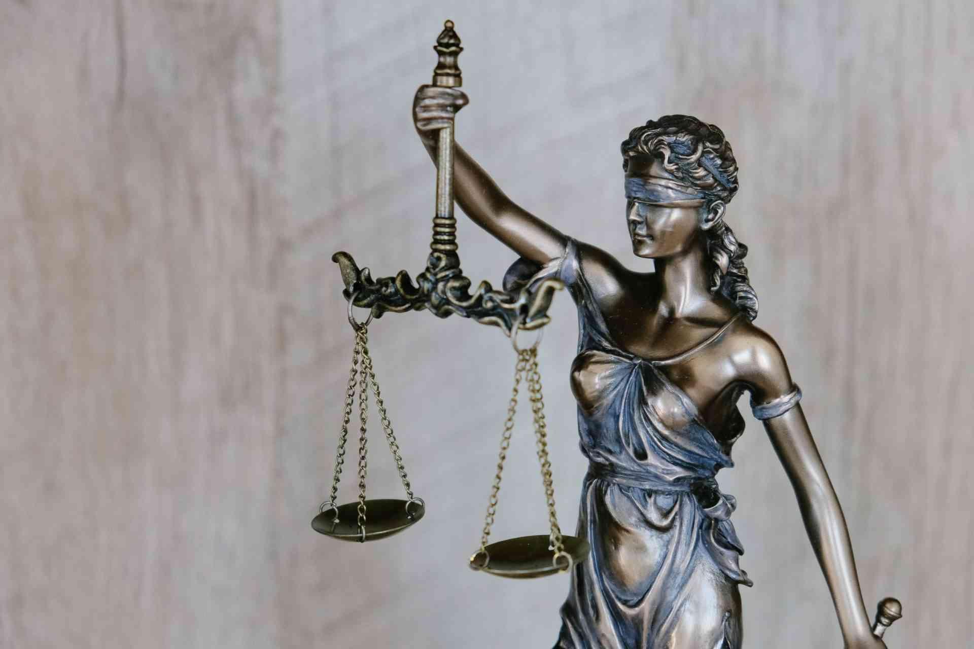 אלפא תרגומים סמל החוק הוצדק
